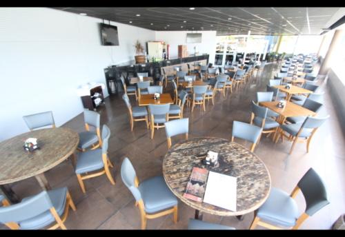 Mesas exteriores do Restaurante Ferreiro Grill Aracaju